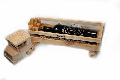 Wijncadeau in houten vrachtwagen