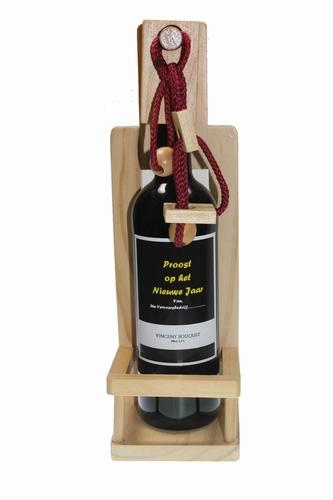 Houten wijnpuzzel met wijnfles met eigen etiket